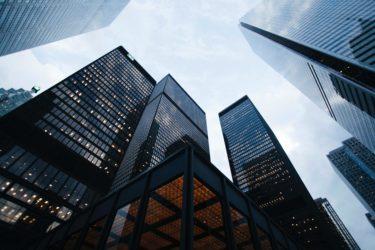 【就活・転職】中小より大手企業を目指すべきメリットと理由4選